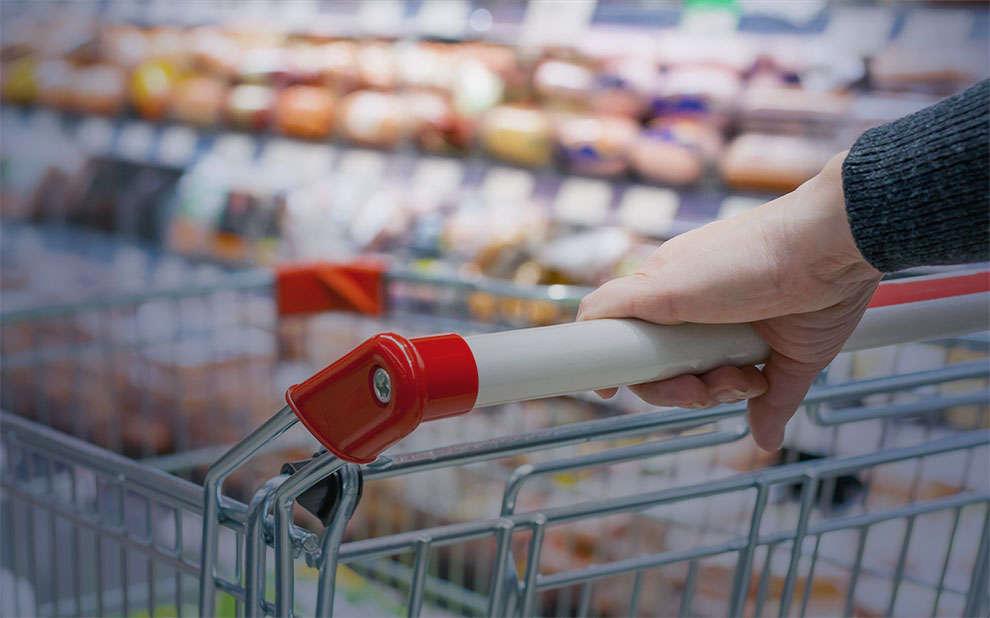 Confiança do consumidor mantém trajetória de queda pelo quarto mês consecutivo